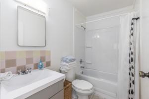 1607-e-8th-bathroom